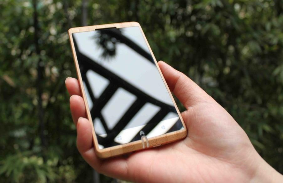 adzero-bamboo-smartphone-in-hand