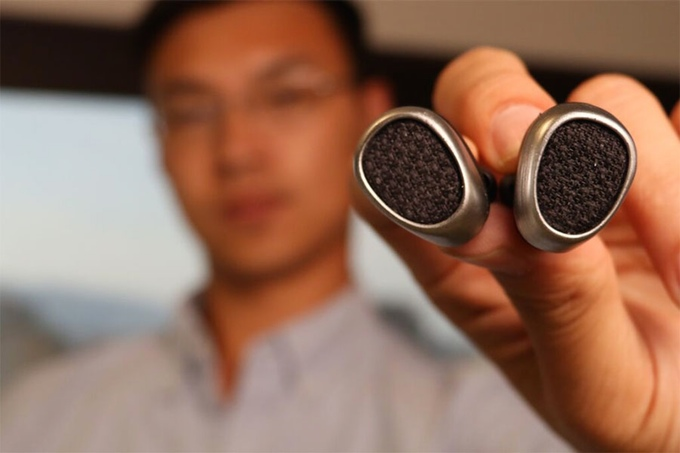 pearbud-bluetooth-earbud-close-up